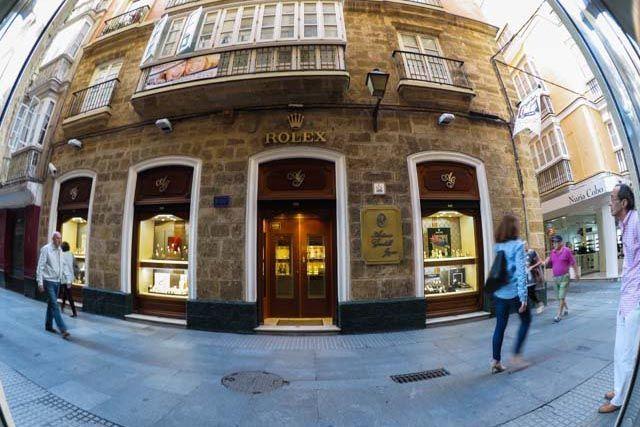 La Joyería Gordillo, situada en la emblemática calle San Francisco de Cádiz, está reconocida como una de las joyerías y relojerías más exclusivas. Es un referente a nivel nacional. Trabaja con las mejores marcas y ofrece un servicio de alta calidad para satisfacer todas tus necesidades.