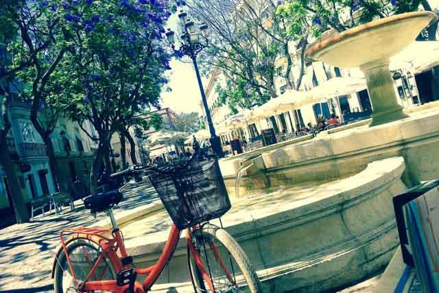En LAS BICIS NARANJAS, en pleno casco histórico de Cádiz, encontrarás una coqueta tienda dedicada con pasión al mundo de la bicicleta. Desde un timbre vintage a un mágico tour por la ciudad, todo cabe en este mundo naranja. Si estás de viaje en Cádiz disfruta del turismo de sensaciones con su servicio de alquiler y visitas guiadas. Si vives en la ciudad te ofrecen servicios de venta, restauración y taller.