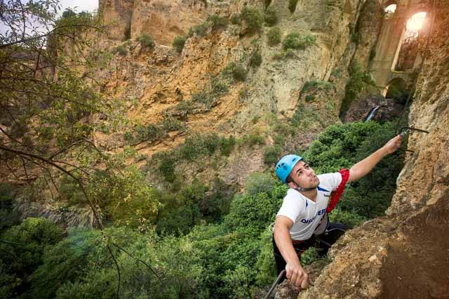 Discovery te lleva a descubrir y disfrutar a tope de todas las actividades de aventura que se pueden realizar en las Sierras de Grazalema, Ronda y el Genal. Acompañados por profesionales conocerás los rincones más bellos de estas Sierras y seguramente querrás repetir.