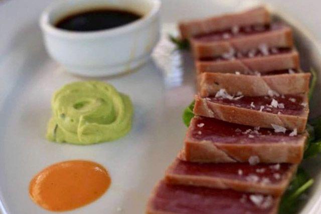 El buen hacer y el cariño con el que tratan sus excelentes materias primas convierten al Restaurante La Pescadería de Tarifa en un clásico. Déjate sorprender con todo lo que puedeofrecernos el Estrecho.