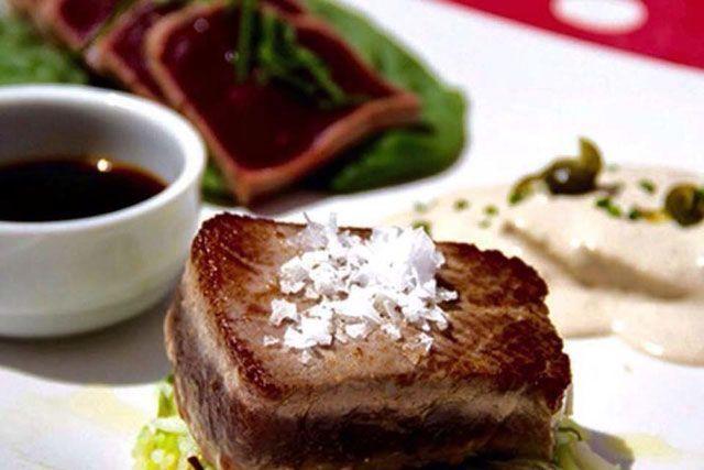 El buen hacer y el cariño con el que tratan sus excelentes materias primas convierten al Restaurante La Pescadería de Tarifa en un clásico desde donde seguir sorprendiéndonos con todo lo que puedeofrecernos el estrecho.