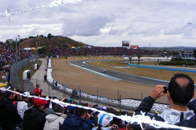 Como todos los años, en el circuito de Jerez se celebra el Gran Premio de España del mundial de motociclismo. Convertido en una tradición, tras más de 27 años de carreras, es una cita a la que no debes faltar. Espectáculo puro, adrenalina a tope y diversión garantizada.