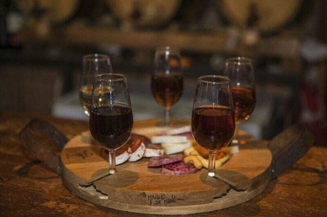 Tabanco Plateros está situado en pleno centro de Jerez en una de sus plazas más concurridas: Plaza Plateros. Este negocio pone a disposición del público un despacho de vinos procedente de cooperativas y bodegas de la zona y tapas de primera calidad de la sierra de Cádiz.