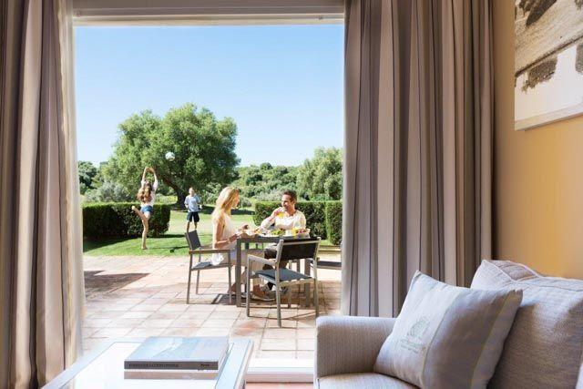 Barceló Montecastillo Golf, máximo exponente del healthy & wellness en la provincia de Cádiz, es un lugar donde disfrutar del deporte y la naturaleza en un marco incomparable. Ofrece Golf gratis e ilimitado por noche de estancia en un campo de 18 hoyos diseñado por Jack Nicklaus.