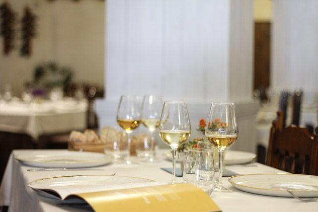 El restaurante La Carboná se encuentra en un antiguo casco de bodega en el centro de Jerez de la Frontera. Ofrece una gastronomía basada en el respeto por el producto, maridada con los los Vinos del Marco de Jerez.