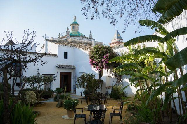 El Palacio Ducal de Medina Sidonia, en Sanlúcar de Barrameda, es un bello edificio cuyo origen se sitúa en el conocido como Alcázar Viejo, residencia empleada por Guzmán el Bueno para asentar el Señorío de Sanlúcar, obtenido a finales del siglo XIII.