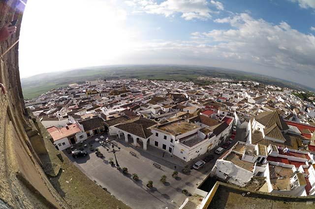 Medina Sidonia es uno de los pueblos mejor conservados de Andalucía. Su legado histórico, enclave y entramado de calles encaladas lo convierten en uno de los destinos más visitados del turismo interior de la provincia de Cádiz. Puerta de entrada al Parque Natural de Los Alcornocales, cuenta con una buena oferta gastronómica y de turismo activo.