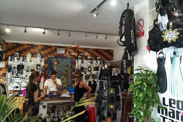 En esta entrada te contamos la experiencia de bucear en Tarifa, además de conocer a los creadores de León Marino.