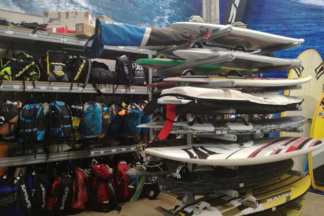 Nicolás Ojeda te ofrece en B3 Watersports todo lo que necesites para la práctica de deportes acuáticos como el windsurf, el kitesurf o el surf en Tarifa.