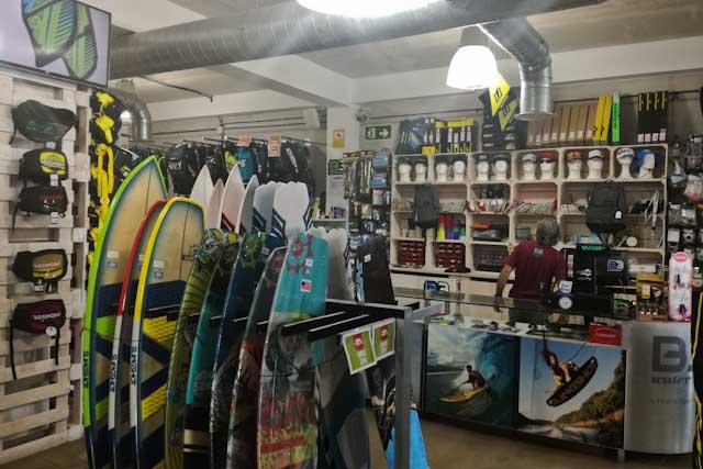 Tarifa es un lugar espectacular para practicar deportes acuáticos. La tienda B3 Watersports te ofrece todo lo necesario para que no te lo pienses dos veces.