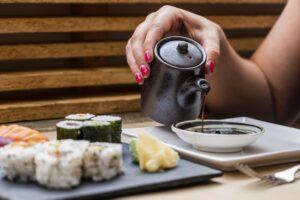 Tataki Sushi & Gastrobar es un espacio en Cádiz donde disfrutar de cocina oriental como el sushi, yakishoba o teriyaki y elaboraciones con toques japoneses.