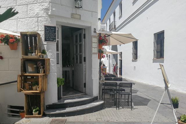 ElRestaurante 4 estaciones está situado en una de las esquinas con más encanto de Vejer. Cocina que mima el producto local y recetas internacionales.