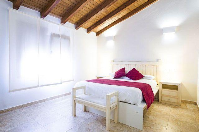 El Hotel Arohaz es un alojamiento con encanto situado en la pedanía rural de Zahora, cercana a los Caños de Meca y a tan solo un paseo de la playa.