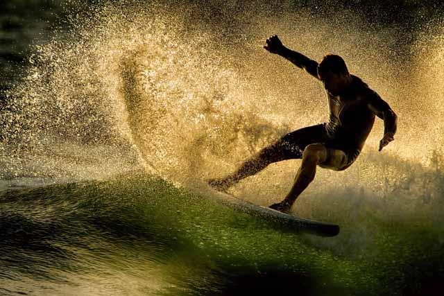 HOPUPU SURF SCHOOL transmite desde 1999 la esencia del surf en la ciudad de Cádiz. En esta escuela náutica y de aventura podrás hacer cursos, alquilar material y bicicletas, disfrutar de rutas en kayak, bicicleta y senderismo o utilizar sus servicios de club mientras prácticas tu deporte favorito.