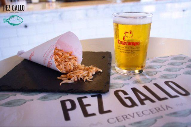 Degustar una tapa y saborear una cerveza bien fría es uno de los mayores placeres de los que se pueden disfrutar en Cádiz en verano.