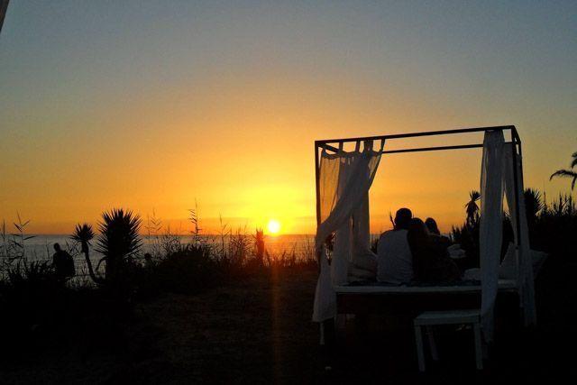 Disfruta de un bello atardecer desde el Chiringuito La Kalima, en la playa de Zahora.