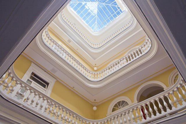 En el Hotel de Las Cortes de Cádiz, situado en pleno centro, podrás disfrutar de la experiencia de hospedarte en un hotel con encanto, dormir en una remodelada casa palacio gaditana del siglo XIX y rememorar el espíritu de las Cortes de Cádiz del año 1812.