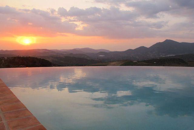Puedes disfrutar de las increíbles puestas de sol de la provincia de Cádiz en Zahara de la Sierra.