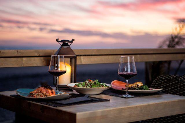 ¿Te imaginas poder degustar lo mejor de la gastronomía gaditana mientras contemplas el sol poniéndose? Puedes hacerlo realidad en el Chiringuito Vavá, en la playa de La Barrosa.