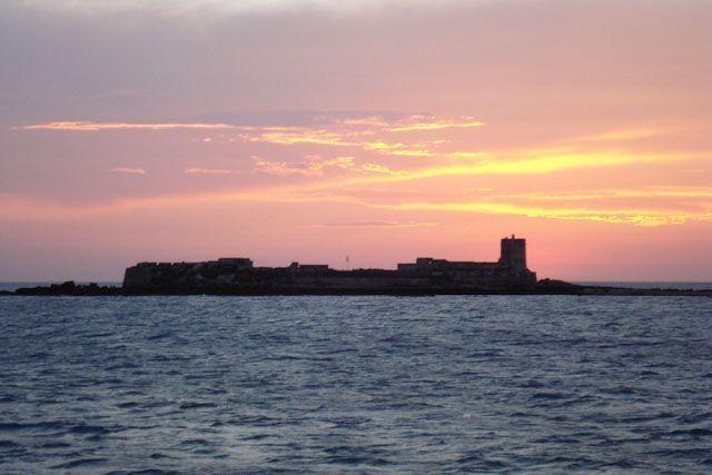 El Castillo de Sancti Petri es testigo mudo de cada atardecer en Chiclana de la Frontera.