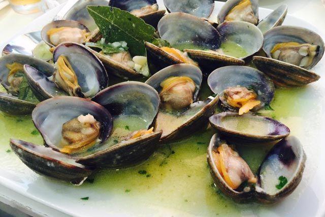 La Bahía de Cádiz te enamorará por el estómago. Bar Restaurante El Faro, en Chipiona, sabe cómo hacerlo.