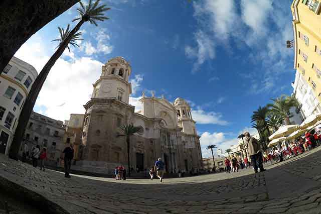 La Catedral de Cádiz es una colosal obra arquitectónica que tardó más de cien años en construirse.