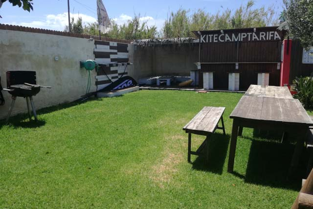 The accommodation at Kitecamp Tarifa has a garden and even barbecue facilities.