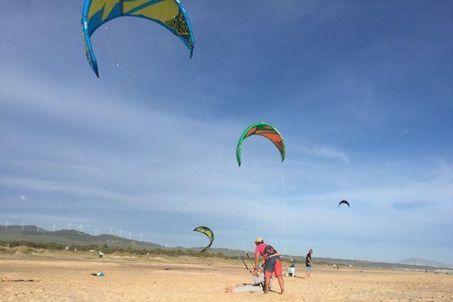 Practicar kitesurf en la playa de Los Lances es una de las mejores cosas que puedes hacer en Tarifa si te gusta combinar mar y deporte.