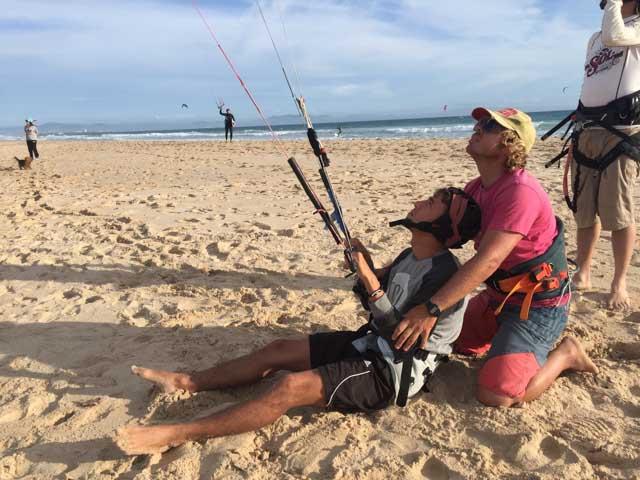 Alberto es un profesor estupendo, que ayuda con paciencia a todos aquellos que quieren adentrarse en el maravilloso mundo del kitesurf.