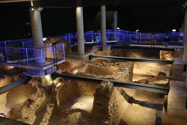 Durante la excavación del solar del Teatro del Títere se encontraron los restos que conforman el yacimiento arqueológico Gadir, nombre que recibía la ciudad cuando era asentamiento fenicio hace casi 3.000 años. La escasez de restos arquitectónicos anteriores, convierten este yacimiento en un lugar imprescindible para descubrir la forma de vida de la desaparecida cultura fenicia.