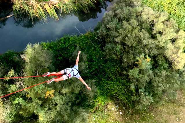 Una de las actividades más espectaculares que puedes hacer en la sierra de Cádiz es puenting. ¡Atrévete a dar el salto!