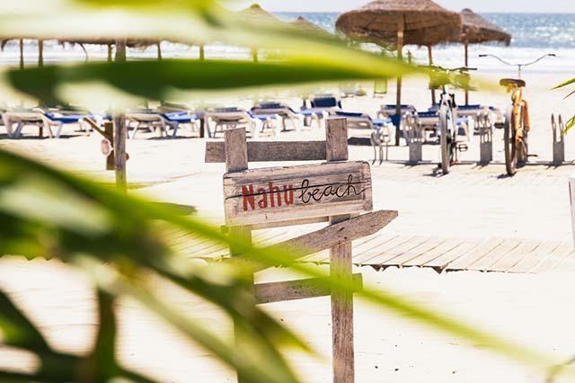 En Nahu Beach, Cádiz, rodeado de hamacas y sombrillas, puedes comer en la misma arena cocina internacional y de mercado, con especial atención al pescado de la zona.