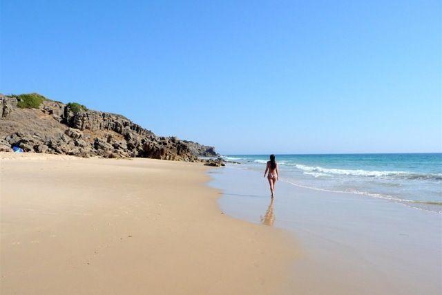 Pasear por la orilla de alguna de estas calas, como la Playa del Cañuelo en Tarifa, es un auténtico momento antiestrés.