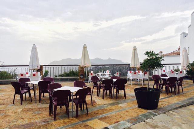 En Benaocaz puedes disfrutar de un almuerzo o cena con vistas en el Restaurante Bar Nazarí.