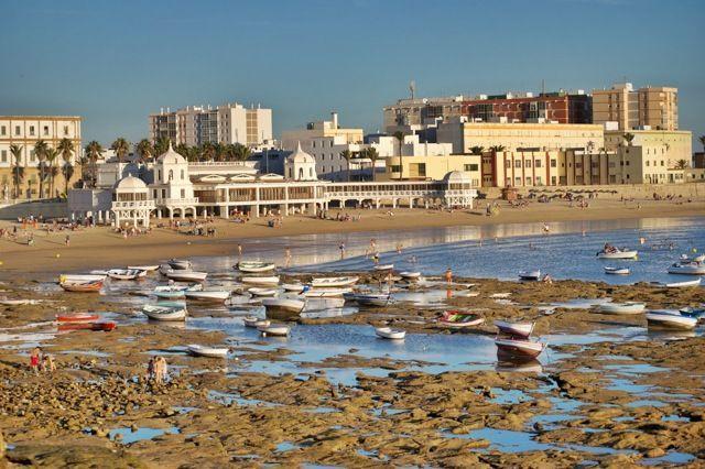 Tumbarte a la sombra del balneario en un día de calor, disfrutando del ambiente de La Caleta, es una experiencia única. Disfruta de la ciudad de Cádiz en sus maravillosas playas.
