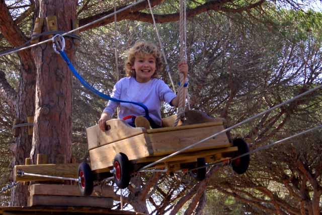Entre Ramas Aventura es un parque de aventura en los árboles ubicado en los pinares de Roche (Conil de la Frontera). Disfruta de una experiencia única para toda la familia en un espacio natural de 18000m2 y una oferta de 70 juegos y actividades para todas las edades.