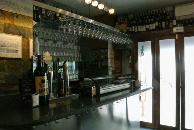 La Tabernita, situada en la emblemática calle Virgen de la Palma de Cádiz, es un coqueto bar donde puedes degustar tapas y vinos.