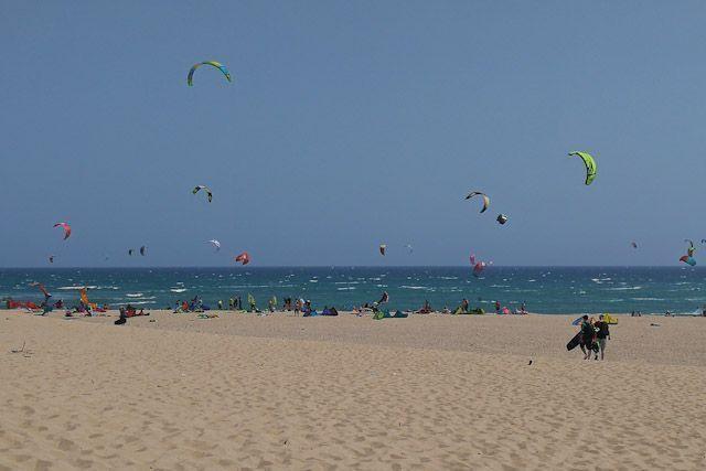 Practicar kitesurf en Tarifa es una experiencia inolvidable. Para ello, debes primero formarte con los mejores profesionales de este deporte.