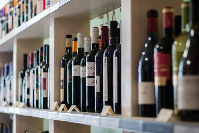 CALIDAD EN BOCA es una vinoteca situada en pleno centro de Jerez, donde podrás encontrar los mejores productos. Un lugar perfecto para disfrutar de una cata de vinos, realizar una compra de productos gourmet de la zona, ibéricos de bellota, quesos, conservas artesanas o degustar un tapeo tradicional en su taberna-bar.