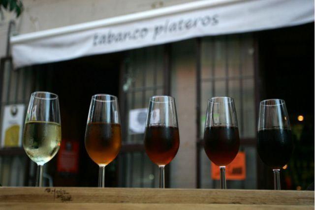 La provincia te ofrece mil y una posibilidades de disfrutar de maravillosas catas de vinos en Cádiz, como en el Tabanco Plateros (Jerez de la Frontera).