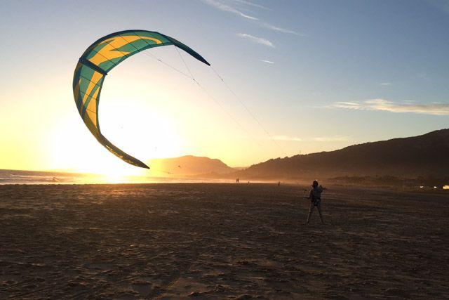 Una de las muchas cosas interesantes que hacer en Cádiz durante el finde es practicar kitesurf en Tarifa.