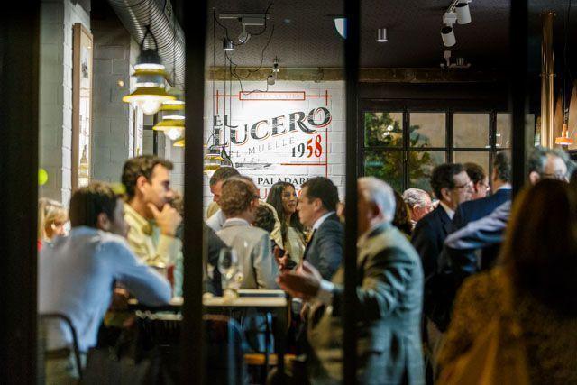 En El Lucero del Muelle disfruta de los sabores de las tapas de Cádiz, la mejor cerveza helada, el café único y las copas más especiales a media tarde. Un lugar donde quedar a cualquier hora. Frente al muelle de Cádiz, la puerta de entrada y salida de turistas a la ciudad.
