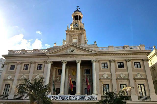 El Ayuntamiento de Cádiz se encuentra en la Plaza San Juan de Dios, justo enfrente del puerto y antes del barrio del Pópulo.