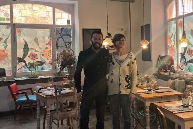 Carmen Adán y Víctor Piñero son los propietarios de La Candela Tapas Bar, un exquisito bar de tapas en Cádiz.