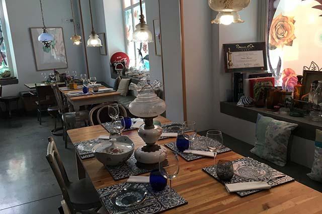 La Candela Tapas Bar te encantará no solo por su cocina, sino por su trato cercano al cliente y su acogedora decoración.