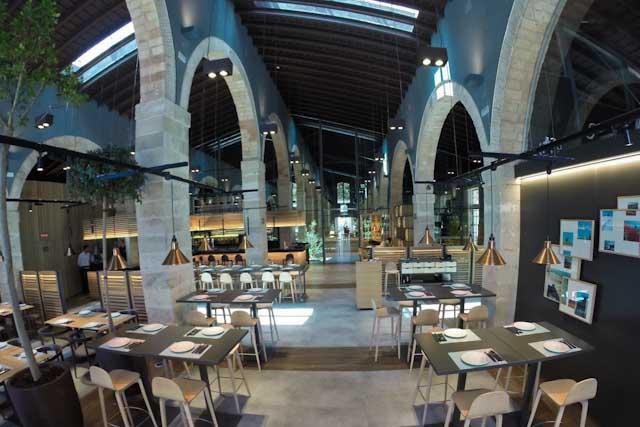 Toro Tapas El Puerto, situado en el complejo enoturístico de Bodegas Osborne, presenta un innovador y vanguardista diseño de restaurante donde los sabores tradicionales conviven con las nuevas técnicas de cocina.