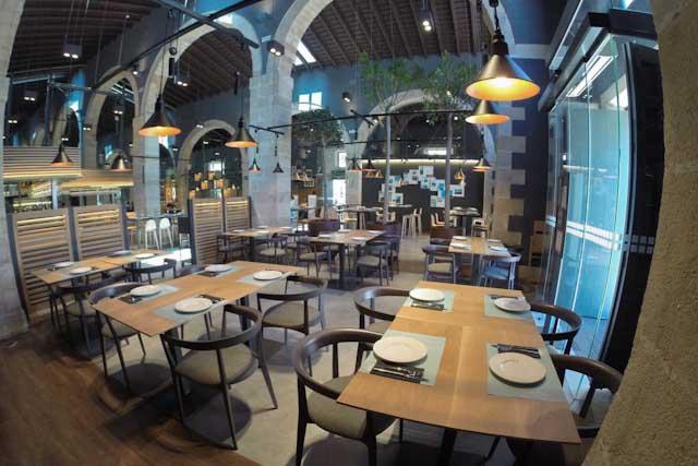 Toro Tapas El Puerto, situado en las Bodegas Osborne, es un innovador y vanguardista restaurante. Sabores tradicionales y nuevas técnicas de cocina.