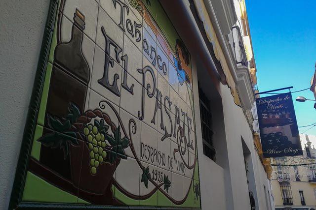 Tabanco El Pasaje es uno de esos rincones que plasman la cultura y tradición de una ciudad, de la gente de Jerez de la Frontera... El despacho de vinos más antiguo de la zona, es un sitio singular y único donde podrás disfrutar de excelentes vinos, tapas típicas yespectáculosflamencos diarios.