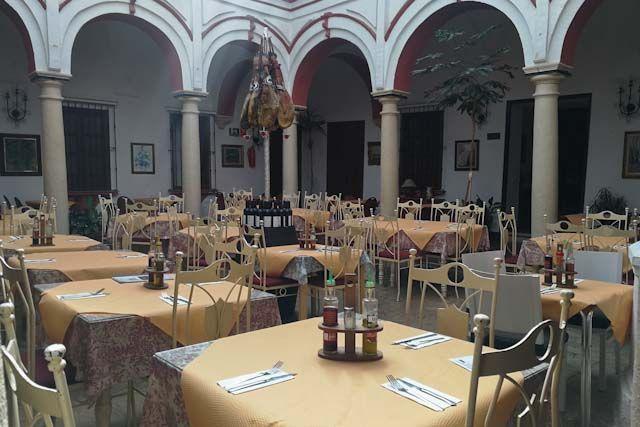 Este mesón es un lugar acogedor donde comer y degustar la gastronomía de Arcos y de Andalucía en sí.