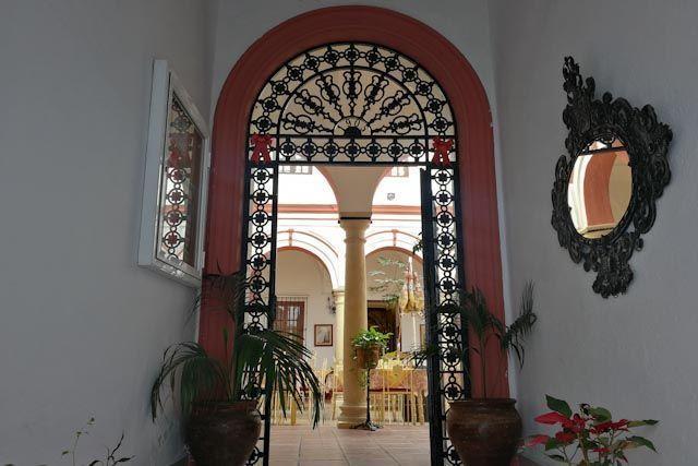 El Mesón Patio Andaluz es un restaurante situado en pleno corazón del casco histórico de Arcos de la Frontera donde puedes descubrir la cocina tradicional de la Sierra Cádiz